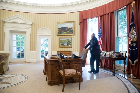 President Barack Obama talks with Afghanistan presidential candidate Ashraf Ghani during a phone call in the Oval Office, July 25, 2014. The President also spoke by phone with the other presidential candidate in the election, Abullah Abullah. (Official White House Photo by Pete Souza)