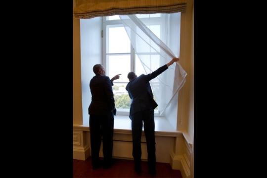 Prime Minister Taavi Rõivas of Estonia shows President Barack Obama landmarks from a window following their bilateral meeting in Tallinn, Estonia, Sept. 3, 2014. (Official White House Photo by Pete Souza)