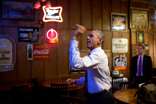 President Barack Obama throws darts at Manuel's Tavern before an interview with Vice in Atlanta, Georgia, March 10, 2015. (Official White House Photo by Pete Souza)