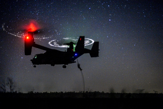 An airman fast-ropes from a CV-22 Osprey during Emerald Warrior 2015 near Hurlburt Field, Fla., April 21, 2015. The airman is a combat controller assigned to the 21st Special Tactics Squadron.