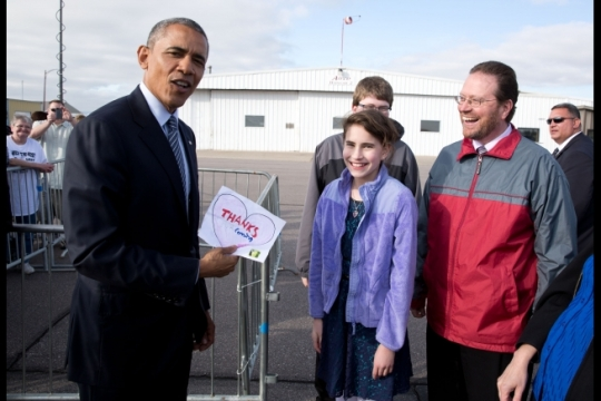 President Barack Obama shows off the note given to him by Rebecca Kelley at Watertown Regional Airport in Watertown, S.D., May 8, 2015. Rebecca had written a letter to the President asking him to visit South Dakota. (Official White House Photo by Pete Souza)