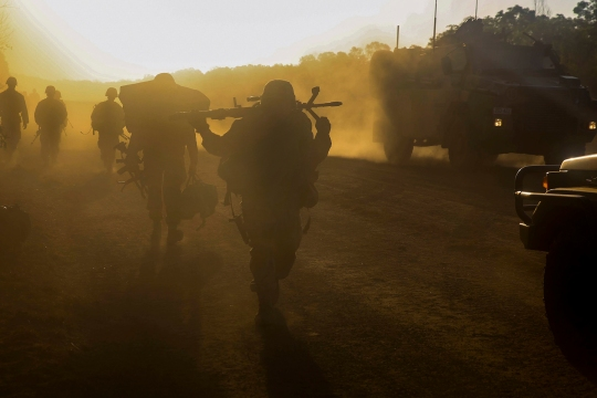 U.S. Marines and Australian service members move into defensive positions for the night after conducting an amphibious assault during Talisman Sabre 2015 in Fog Bay, Australia, July 11, 2015. The Marines are assigned to Echo Company, Battalion Landing Team 2nd Battalion, 5th Marine Regiment, 31st Marine Expeditionary Unit.