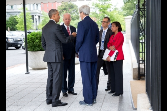 President Barack Obama talks with Vice President Joe Biden, Secretary of State John Kerry, Colin Kahl, National Security Advisor to the Vice President, and National Security Advisor Susan E. Rice outside the West Wing of the White House, July 15, 2015. (Official White House Photo by Pete Souza)