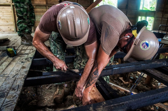 150714-N-PD309-065 BUENAVENTURA, Colombia (July 14, 2015) Builder 2nd Class Brian Whelan and Utilitiesman 2nd Class Serina Espinoza, both assigned to Construction Battalion Maintenance Unit 202, Jacksonville, Fla., repair the floor at an engineering site established at Citronella Escuela Numero 090 Anibal Munoz Duque Primary School during Continuing Promise 2015. Continuing Promise is a U.S. Southern Command-sponsored and U.S. Naval Forces Southern Command/U.S. 4th Fleet-conducted deployment to conduct civil-military operations including humanitarian-civil assistance, subject matter expert exchanges, medical, dental, veterinary, and engineering support and disaster response to partner nations and to show U.S. support and commitment to Central and South America and the Caribbean. (U.S. Navy photo by Mass Communication Specialist 3rd Class Deven Leigh Ellis/Released)