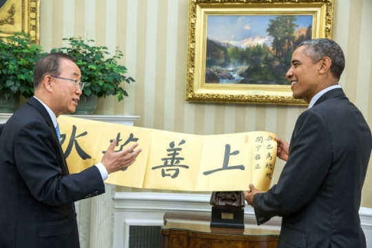 "United Nations Secretary-General Ban Ki-moon gives President Barack Obama a banner after their bilateral meeting in the Oval Office, Aug. 4, 2015. The message reads, ""The highest virtue is like water."" (Official White House Photo by Pete Souza)"