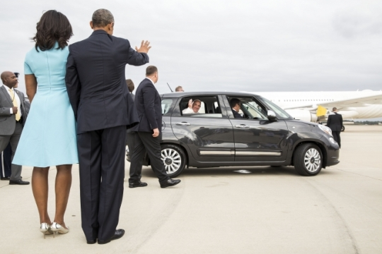 President Barack Obama and First Lady Michelle Obama wave goodbye to Pope Francis as his motorcade departs Joint Base Andrews, Md., Sept. 22, 2015. (Official White House Photo by Pete Souza)