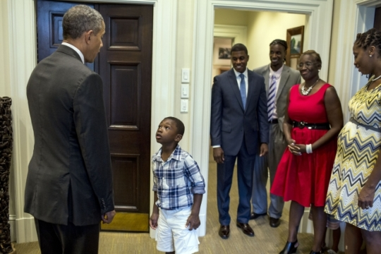President Barack Obama meets 4-year-old Malik Hall during departure photos with Malik's uncle, Maurice Owens, center, in the Oval Office, Sept 4, 2015. Also pictured, from right, Owens's sister Ayesha Hall, his mother Chauvet Wells and his brother Derrick Harpe. Kayah Hall, Owens's 2-year-old niece, is hidden behind Ms. Wells. (Official White House Photo by Pete Souza)