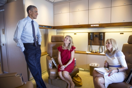 President Barack Obama talks with Dr. Jill Biden and Sheila Nix, her Chief of Staff, aboard Air Force One during the flight to Warren, Mich., Sept. 9, 2015. (Official White House Photo by Pete Souza)