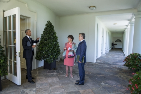 President Barack Obama talks with National Economic Council Director Jeffrey Zients and Senior Advisor Valerie Jarrett on the White House Colonnade after returning from the Business Roundtable Headquarters in Washington, D.C., Sept. 16, 2015. (Official White House Photo by Pete Souza)