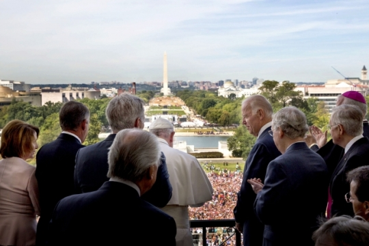 Vice President Joe Biden watches as Pope Francis addresses the crowd assembled on the mall below the Speaker's Balcony of the U.S. Capitol following a Joint Meeting of Congress, Sept. 24, 2015. Standing with them are from left, House Minority Leader Nancy Polosi, House Speaker John Boehner, House Majority Leader Kevin McCarthy, Senate Majority Leader Mitch McConnell and Senate Minority Leader Harry Reid and other dignitaries. (Official White House Photo by David Lienemann)
