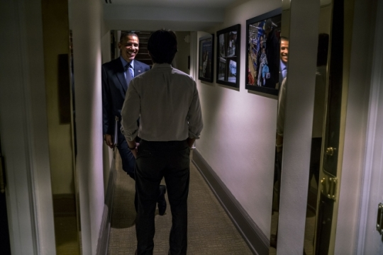 President Barack Obama talks with David Simas, AP and Director of Political Strategy & Outreach, in a West Wing hallway of the White House, Oct. 14, 2015. (Official White House Photo by Pete Souza)