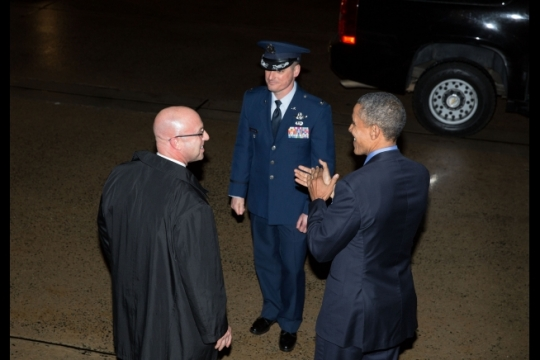 President Barack Obama applauds Robert Buster, United States Secret Service Special-Agent-in-Charge, at Joint Base Andrews after returning from France on his last trip aboard Air Force One, Dec. 1, 2015. Agent Buster, the head of the President's detail, will be moving to a position at USSS headquarters later this month. (Official White House Photo by Pete Souza)