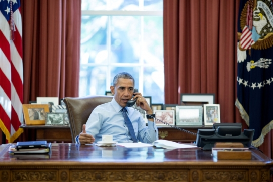 President Barack Obama talks on the phone in the Oval Office with President Vladimir Putin of Russia, April 18, 2016. (Official White House Photo by Pete Souza)