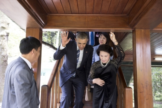President Barack Obama ducks down under a low beam as he descends a staircase with Nguyen Thi Kim Ngan, Chairwoman of the National Assembly of the Socialist Republic of Vietnam, during a tour of Stilt House in Hanoi, Vietnam, May 23, 2016. (Official White House Photo by Pete Souza)
