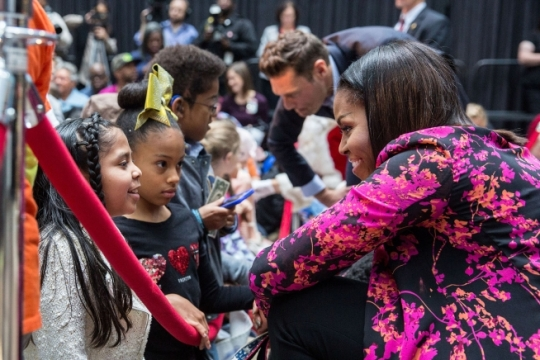 First Lady Michelle Obama, with family pets Bo and Sunny, and radio host Ryan Seacrest, greet patients at the conclusion of the Christmas holiday program at the Children's National Medical Center in Washington, D.C., Dec. 12, 2016. (Official White House Photo by Chuck Kennedy)