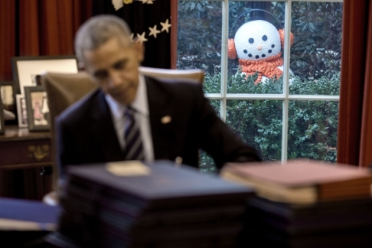 A snowman peeks into the Oval Office as President Barack Obama signs end-of-the-year bills, Dec. 16, 2016. Staff moved four snowmen that were decorating the Rose Garden just outside several Oval Office windows to greet the President when he arrived in the office. (Official White House Photo by Pete Souza)
